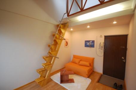 ロフト付きアパートの階段の写真5