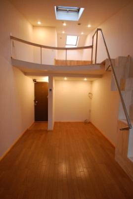 ロフト付きアパートの階段の写真4