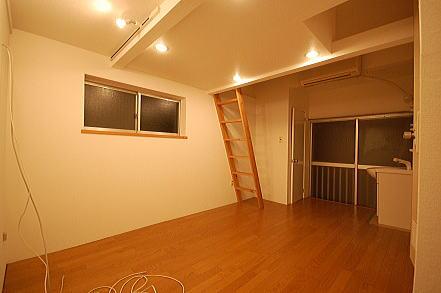 ロフト付きアパート洋室夜窓側