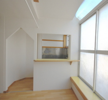 天窓とカウンターキッチンがあるお部屋