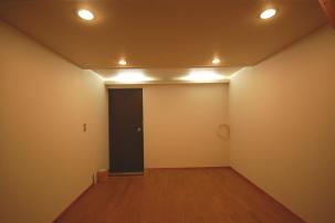 ダウンライトと間接照明を点けたお部屋